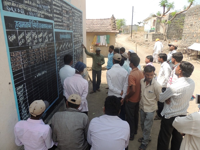 a jal sevak, explaining the concept of village level water budgeting to the Kumbharwadi villagers